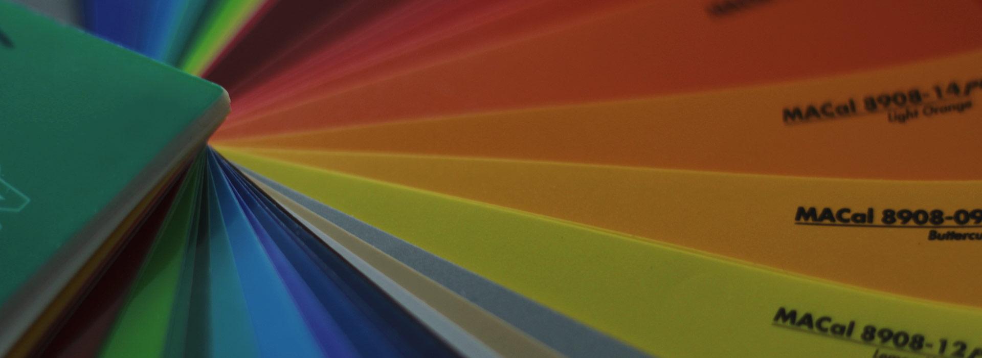Zu sehen ist ein Farbfächer von Paul Malermeister Blankenburg Malereifachbetrieb.